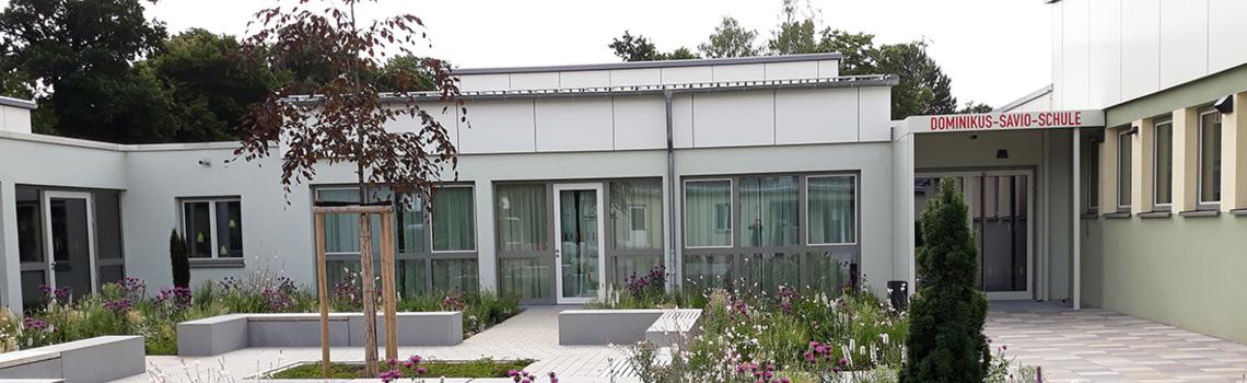 Außenansicht der Dominikus Savio Schule in Pfaffendorf