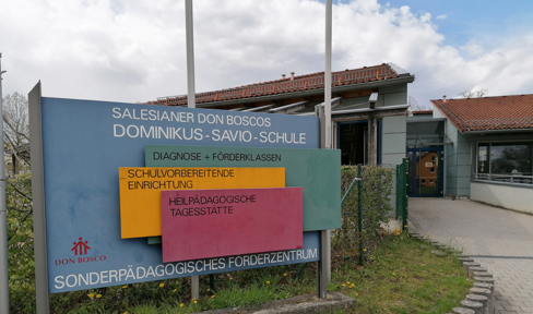 Hinweisschild Dominikus Savio Schule Ebern